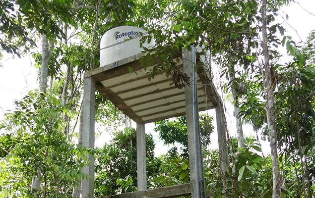 Der Wasserturm versorgt jedes Urwaldhaus mit bestem Trinkwasser